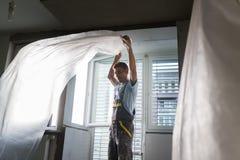 Штукатур восстанавливая крытые стены и потолки Заканчивая работы Стоковое фото RF
