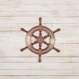 Штурвал парусного судна на деревянной предпосылке Стоковые Фотографии RF