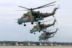 Штурмовые вертолеты Mil Mi-35M RF-13027 русской военновоздушной силы во время репетиции парада дня победы на авиационной базе ВВС Стоковое Фото