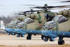 Штурмовые вертолеты Mil Mi-35M RF-13028 русской военновоздушной силы во время репетиции парада дня победы на авиационной базе ВВС Стоковое фото RF