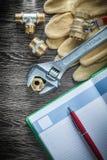 Штуцеры трубы клапана воды разводного гаечного ключа кроют кожей glov безопасности Стоковая Фотография RF
