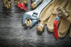 Штуцеры трубы клапана воды разводного гаечного ключа кроют кожей glov безопасности Стоковые Фотографии RF