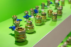 Штуцеры трубы металла в витринном шкафе стоковое изображение