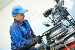 Штуцер или замена покрышки колеса автомобиля Стоковая Фотография RF