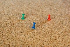 Штыри канцелярской кнопки на pinboard Стоковые Изображения RF