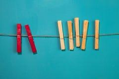 Штыри на веревочке на голубой предпосылке Стоковые Фотографии RF
