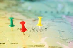 Штыри прикрепленные к карте, показывающ назначение положения или перемещения стоковые фото