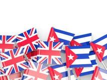 Штыри с флагами Великобритании и Кубы изолированных на белизне иллюстрация штока