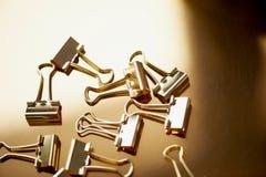 Штырь золота канцелярских принадлежностей на предпосылке золота Роскошный офис для дела Стоковые Фото