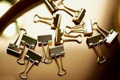 Штырь золота канцелярских принадлежностей на предпосылке золота Роскошный офис для дела Стоковая Фотография RF