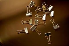 Штырь золота канцелярских принадлежностей на предпосылке золота Роскошный офис для дела Стоковые Изображения