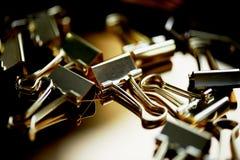 Штырь золота канцелярских принадлежностей на предпосылке золота Роскошный офис для дела Стоковые Фотографии RF