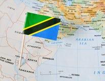 Штырь флага Танзании на карте стоковые фотографии rf