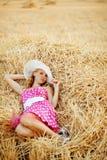 штырь haystack девушки отдыхая вверх Стоковые Фотографии RF