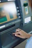 Штыр-код женщины входя в в ATM Стоковые Фото