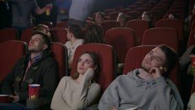 Шумная компания парней приходя к выставке кино поздно Люди приходят к встрече акции видеоматериалы