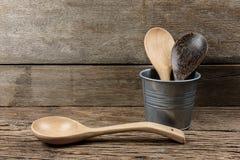 Шумовка деревянной кухни установленная, лопата сковороды в коробке металла дальше Стоковые Фотографии RF