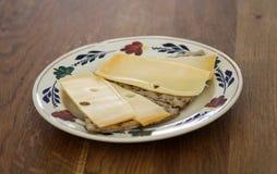 Шутиха Wholemeal с сыром на плите в кухне стоковое фото rf