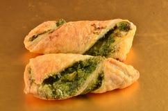 Шутихи с салатом тунца на деревянной плите Стоковая Фотография RF