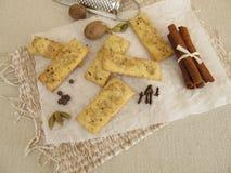 Шутихи с солью, кофе, циннамоном, кардамоном, мускатом, гвоздичными деревьями и allspice Стоковые Фото