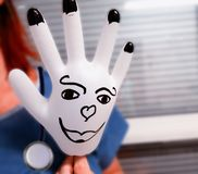 Шутка медсестер Смешной намордник надутой резиновой медицинской перчатки стоковое изображение rf