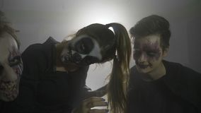 Шутник вампира хеллоуина и кукла ужаса пугая телезрителя и смеяться над шальных в партии замедленного движения - акции видеоматериалы