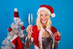 Шуточная гримаса рождество счастливое взволнованности Портрет моды девушки внутри помещения с рождественской елкой Рождество улыб стоковые фото