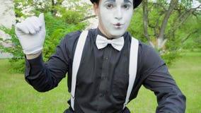 Шуточная пантомима crooking на камере в парке акции видеоматериалы