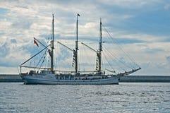 Шхуна покидая гавань Стоковые Фото