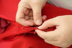 Шьющ вручную, отремонтируйте одежду вручную Стоковые Изображения RF