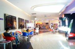 Шэньчжэнь, Китай: ландшафт залы билета кино Стоковые Изображения
