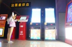 Шэньчжэнь, Китай: ландшафт залы билета кино Стоковая Фотография RF