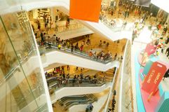 Шэньчжэнь, Китай: большие раскрытые торговые центры, и много людей присутствовали на церемонии открытия стоковое фото rf