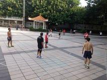 Шэньчжэнь, Китай: в утре, граждане играют бадминтон для разработки Стоковые Изображения