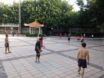 Шэньчжэнь, Китай: в утре, граждане играют бадминтон для разработки Стоковое Изображение