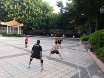 Шэньчжэнь, Китай: в утре, граждане играют бадминтон для разработки Стоковая Фотография RF