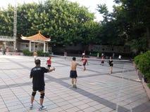 Шэньчжэнь, Китай: в утре, граждане играют бадминтон для разработки Стоковые Фотографии RF