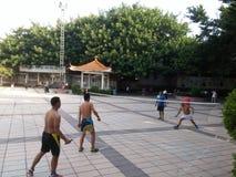 Шэньчжэнь, Китай: в утре, граждане играют бадминтон для разработки Стоковые Фото