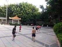 Шэньчжэнь, Китай: в утре, граждане играют бадминтон для разработки Стоковое Изображение RF
