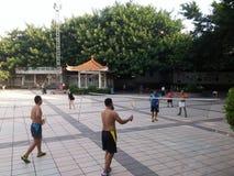 Шэньчжэнь, Китай: в утре, граждане играют бадминтон для разработки Стоковые Изображения RF