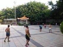 Шэньчжэнь, Китай: в утре, граждане играют бадминтон для разработки Стоковая Фотография