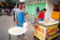 Шэньчжэнь, Китай: делающ торт риса, это еда традиционного китайския стоковое фото rf