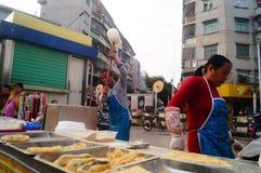 Шэньчжэнь, Китай: делающ торт риса, это еда традиционного китайския стоковые фото