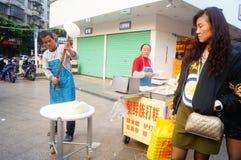 Шэньчжэнь, Китай: делающ торт риса, это еда традиционного китайския стоковые изображения rf
