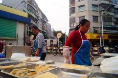 Шэньчжэнь, Китай: делающ торт риса, это еда традиционного китайския стоковое изображение rf