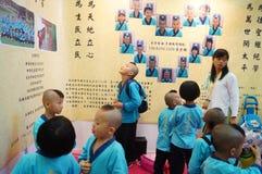 Шэньчжэнь, Китай: Дети Китая носят старый костюм стоковая фотография