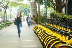 Шэньчжэнь, Китай: делить велосипеды на улицах Стоковое Фото