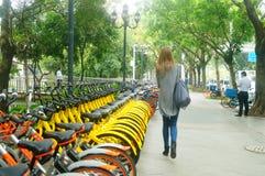 Шэньчжэнь, Китай: делить велосипеды на улицах Стоковая Фотография