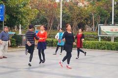 Шэньчжэнь, Китай: женщины танцуют счастливо в квадрате Стоковое Изображение RF