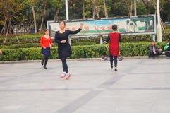 Шэньчжэнь, Китай: женщины танцуют счастливо в квадрате Стоковая Фотография RF